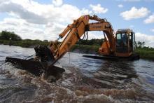 Det kan se hårdt ud for vandløbet, men det giver mange nye gydebanker og dermed yngel og smolt.